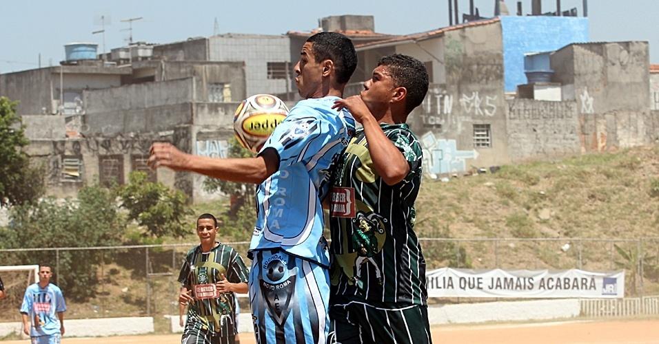 Jogador do Novo Roma tenta dominar a bola em partida contra o Familika 100 valor