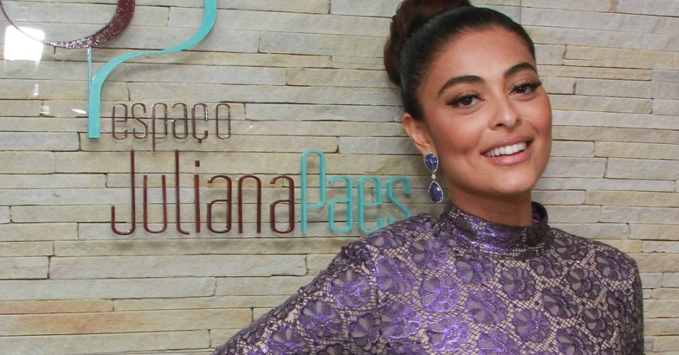Juliana Paes inaugura franquia de salão que leva seu nome em Volta Redonda, no estado do Rio de Janeiro (30/9/12)