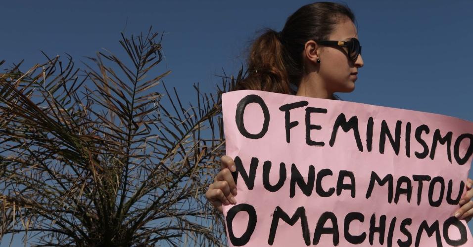 Mulher segura cartaz na Marcha das Vadias, em Santos (SP)