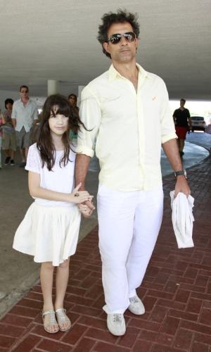 O ator Marcos Pasquim chega no casamento da atriz Emanuelle Araújo (30/9/12)