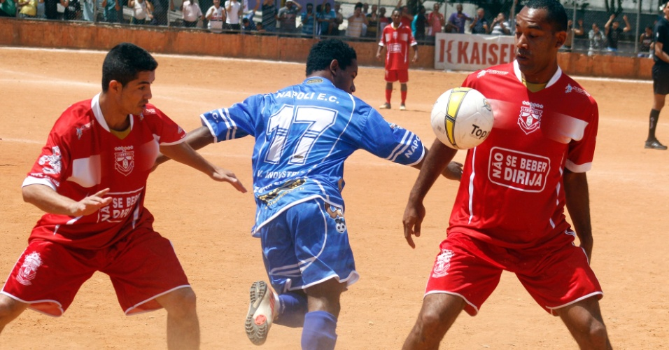 O Nápoli (de azul) perdeu para o Noroeste por 1 a 0 e se complicou na Copa Kaiser 2012