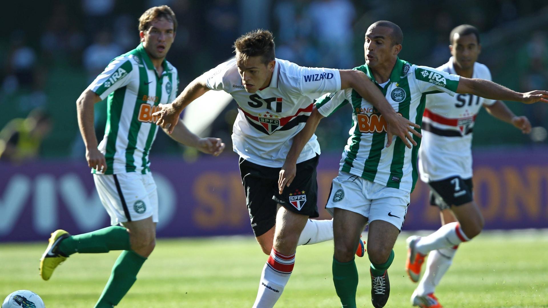 Rafael Toloi, do São Paulo, é marcado por dois jogadores do Coritiba em partida realizada no Couto Pereira