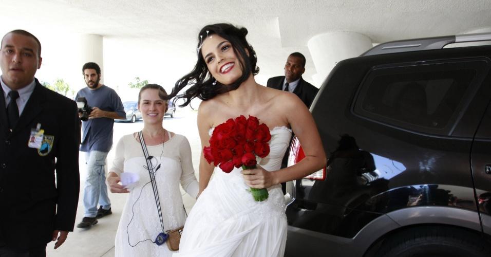 Vestida de noiva, a atriz Emanuelle Araújo chega no seu casamento no Rio de Janeiro (30/9/12)