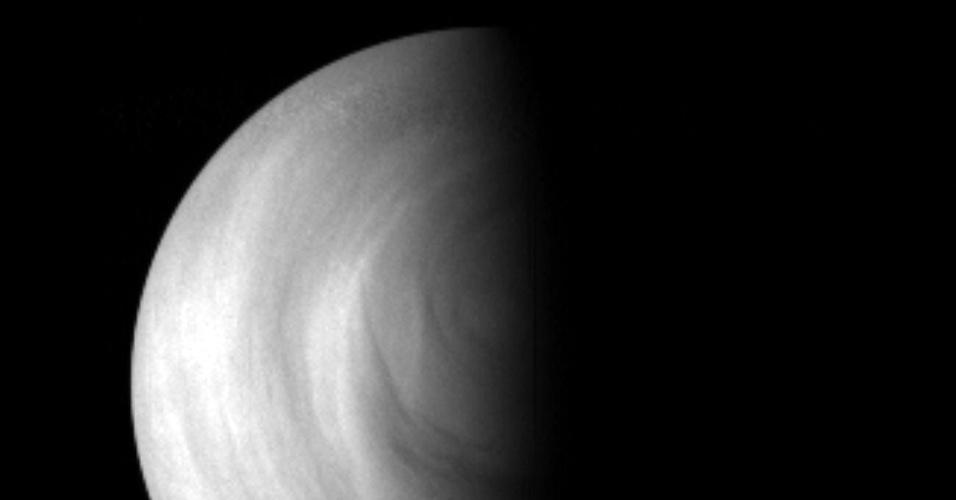 01.out.2012 - Uma camada muito fria rodeia Vênus a cerca de 125  quilômetros de sua superfície. Como ela atinge uma temperatura de até - 175º C, o dióxido de carbono da atmosfera venusiana é congelada e o gás se transforma em neve. A descoberta foi feita após cinco anos de análise na linha que divide o dia e a noite do planeta