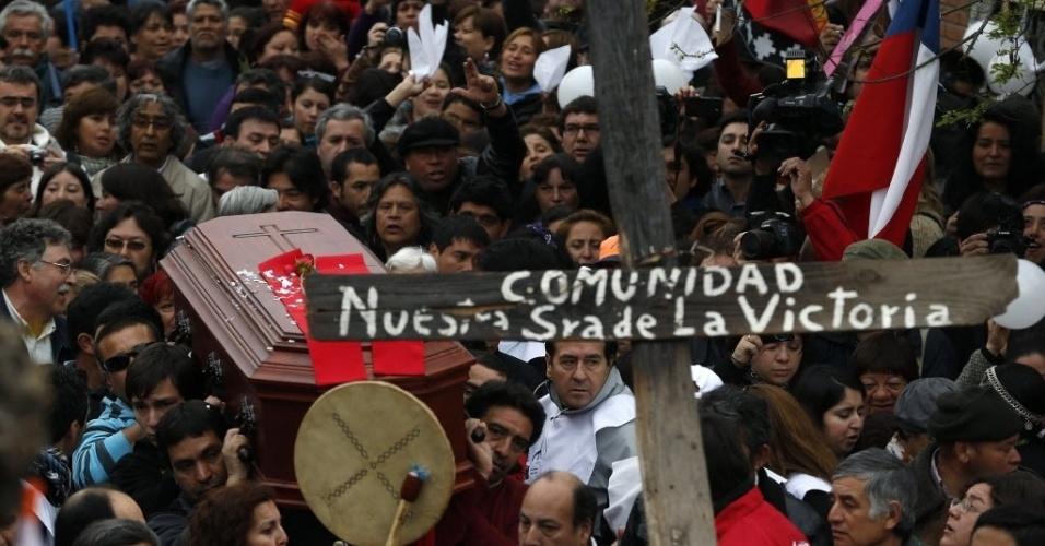 1°. out.2012 - Multidão carrega o caixão do padre francês Pierre Dubois, em Santiago (Chile)
