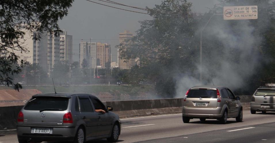1°.out.201 -  Incêndio atinge mata nos arredores da marginal Pinheiros, altura da ponte do Jaguaré, na zona oeste de São Paulo (SP), nesta segunda-feira (1°). De acordo com o Corpo de Bombeiros, o fogo foi causado devido à baixa umidade do ar e o calor