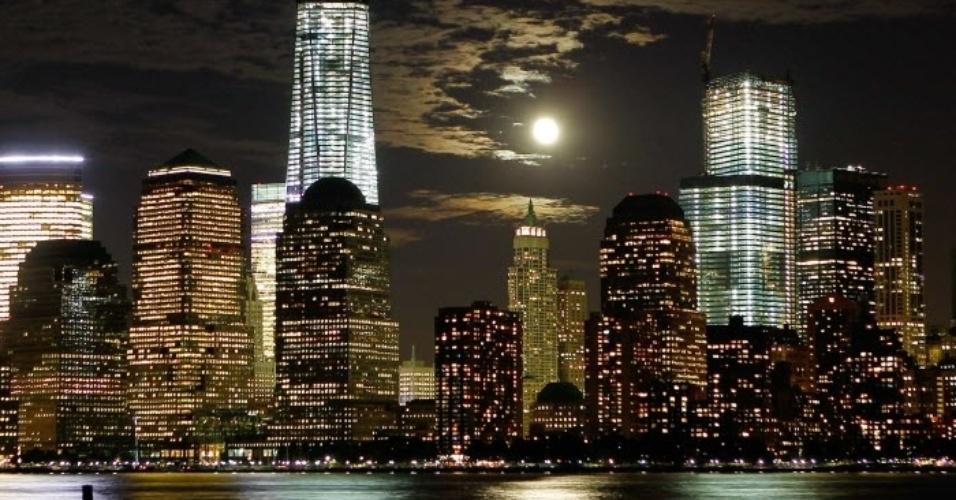 1°.out.2012 - A lua se destaca no céu de Nova York,  nos Estados Unidos, na noite desta segunda-feira