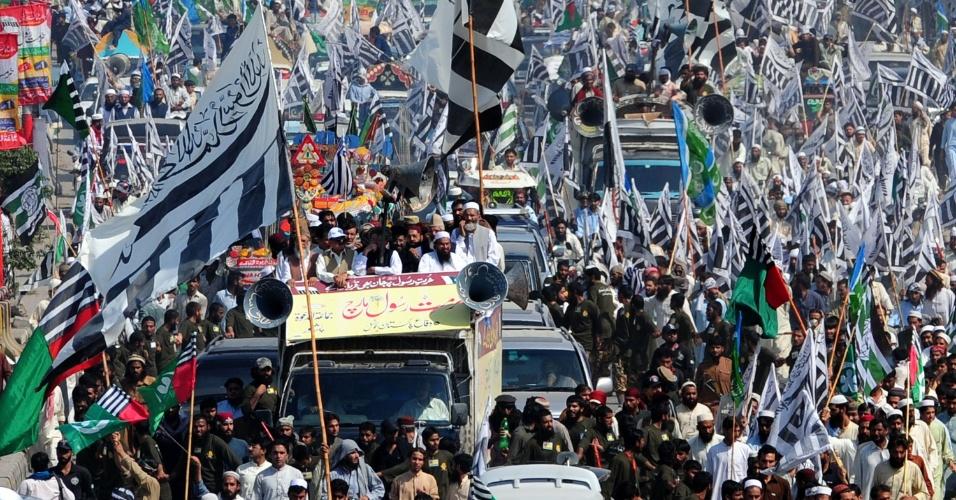 1°.out.2012 - Ativistas da coalizão Defesa do Paquistão protestam contra o filme que satiriza o profeta Maomé. A violência gerada pelo longa já matou 50 pessoas