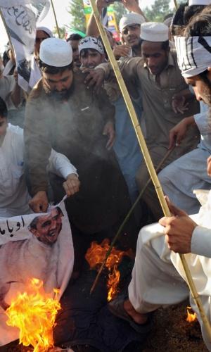 1°.out.2012 - Ativistas da coalizão Defesa do Paquistão queimam efígie do presidente americano Barack  Obama durante protestos contra o filme que satiriza o profeta Maomé. A violência gerada pelo longa já matou 50 pessoas