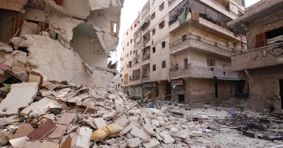 1°.out.2012 - Casas destruídas em Al-Amereya, distrito de Aleppo, depois de forte bombardeio na região. O ministro das Relações Exteriores sírio, Walid Muallem, acusou os Estados Unidos de inventarem o assunto das armas químicas para lançar uma campanha militar contra a Síria e de apoiar grupos armados contra o regime