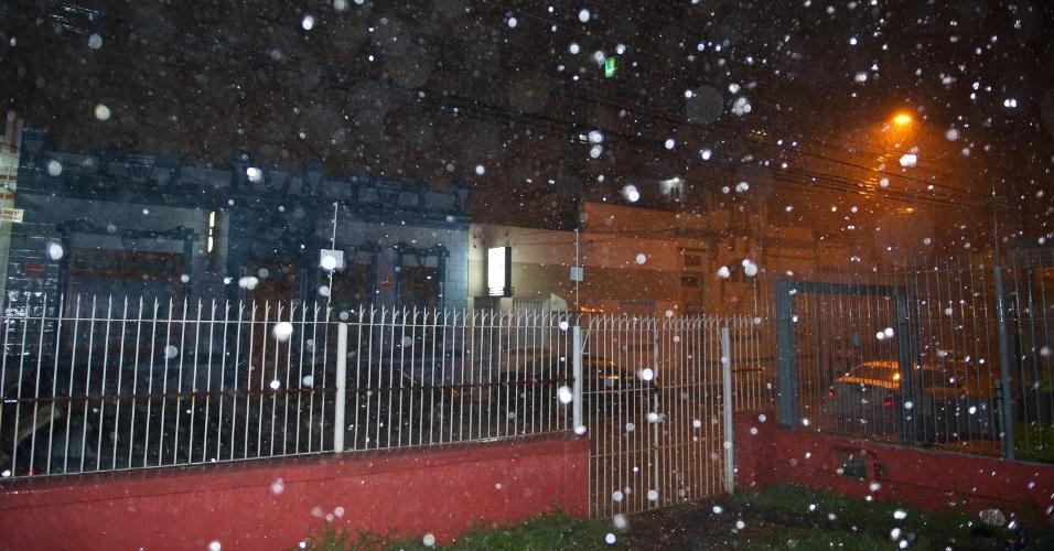 1º.out.2012 - Intensa área de instabilidade provocou chuvas no Rio Grande do Sul. Choveu granizo na noite de domingo (30) na cidade de Pelotas e na região serrana de Porto Alegre