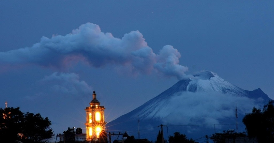1º.out.2012 - Cinzas e fumaça saem do vulcão Popocatepetl, em Tlaxcala, no México, neste domingo (30). De acordo com relatório do Centro Nacional de Prevenção de Desastres, a área está em alerta