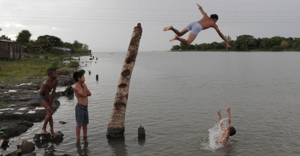 1°.out.2012 - Crianças se divertem no lago Xolotlan, também conhecido como lago Manágua, nesta segunda-feira (1°), na Nicarágua