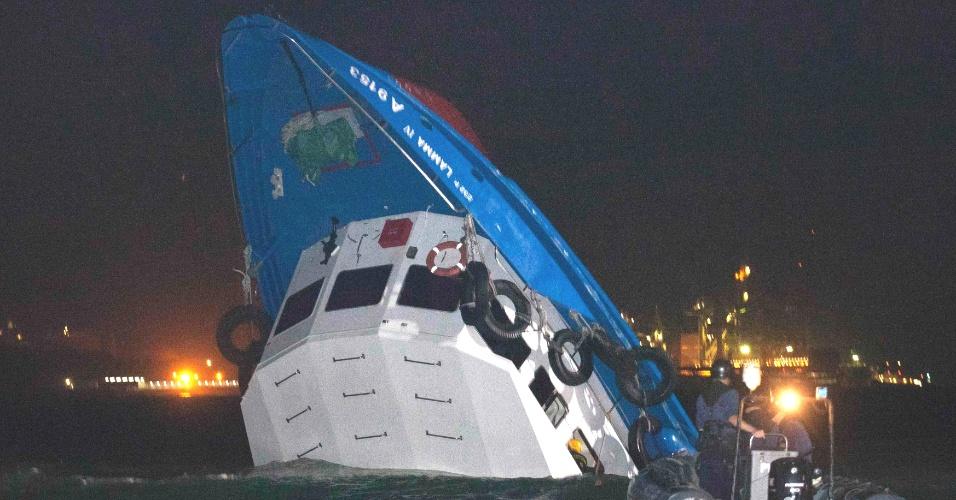 1º.out.2012 - Equipe de resgate chega perto de bote parcialmente submerso após colisão nesta segunda-feira (1º) em Hong Kong (China). A polícia local disse que havia cerca de cem pessoas nas duas embarcações
