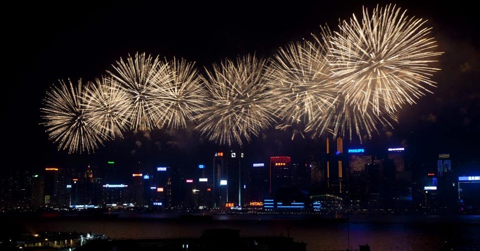 1º.out.2012 - Fogos de artifício celebram o 63º aniversário da fundação da República Popular da China, nesta sexta-feira (1º) no porto de Victoria, em Hong Kong
