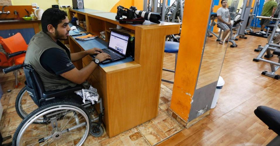 1º.out.2012 - Fotógrafo palestino Moamen Qreiqea usa computador em academia na Cidade de Gaza. Apesar da deficiência ele segue trabalhando como fotógrafo na faixa de Gaza, onde foi atingido em 2005 por um ataque aéreo israelense que lhe tirou as pernas