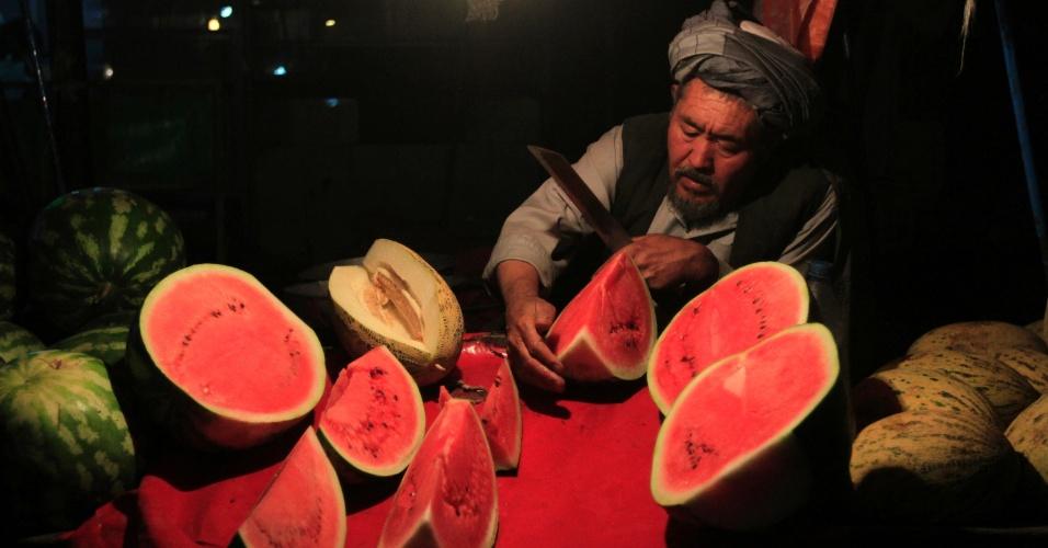 1º.out.2012 - Homem vende melancias em banca na parte antiga de Cabul, no Afeganistão