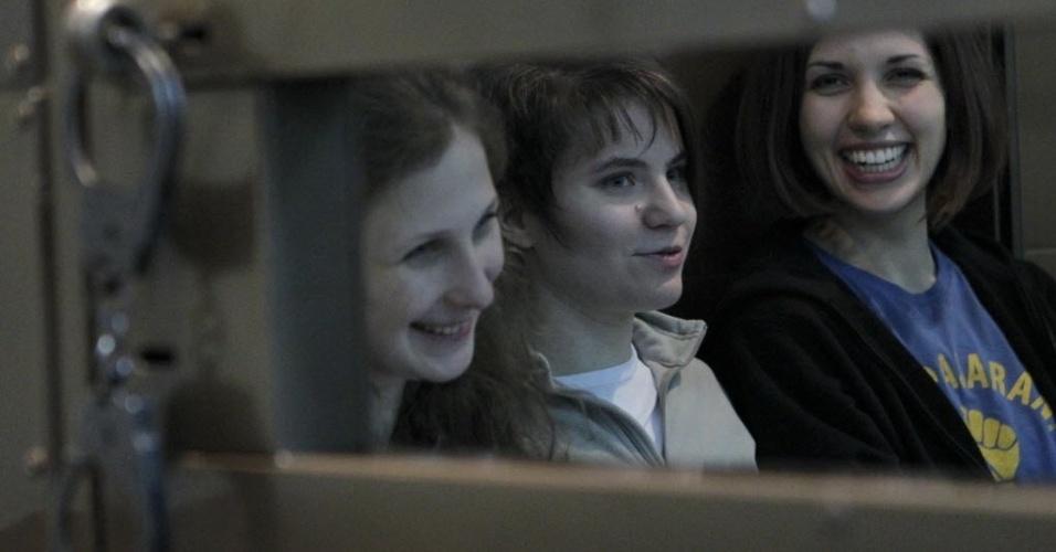 1º.out.2012 - Membros da banda punk russa Pussy Riot (da esquerda para a direita) Maria Alyokhina, Yekaterina Samutsevich e Nadezhda Tolokonnikova participam de audiência em Moscou, na Rússia