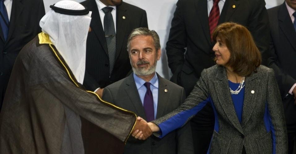 1°.out.2012 - Ministro das Relações Exteriores do Kuwait, Sheikh Jaber Al-Mubarak (esq.), cumprimenta a canceler colombiana, Maria Angela Holguin, ao lado do ministro das Relações Exteriores do Brasil, Antonio Patriota (centro)