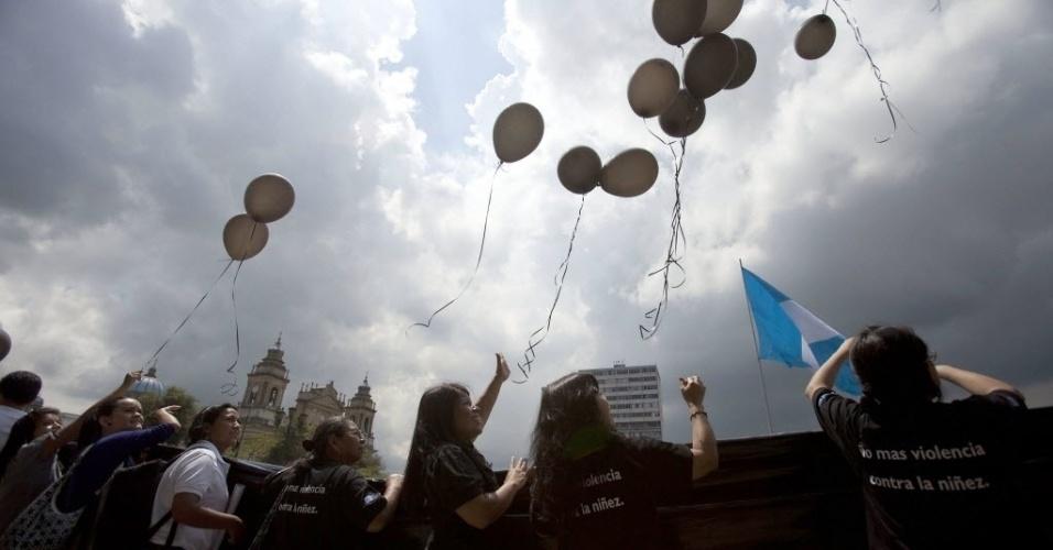 1°.out.2012 - Movimentos sociais realizam marcha em defesa dos direitos das crianças e dos adolescentes na Cidade da Guatemala, capital da Guatemala.  Segundo dados do Inacif  (Instituto Nacional de Ciências Forenses), mais de 280 menores de idade morreram de forma violenta no país em 2012