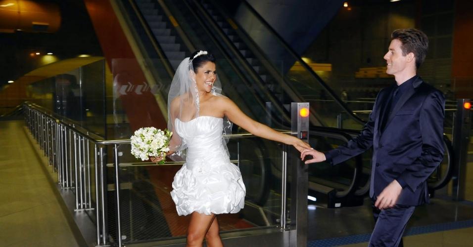 1°.out.2012 -  Os noivos  Erika e Matthijs escolheram a  estação Pinheiros da linha 4-amarela do metrô para um ensaio fotográfico que celebra o casamento deles. As fotos foram registradas no sábado (29). O casal seguiu para a Holanda, terra natal do noivo, onde fixarão residência