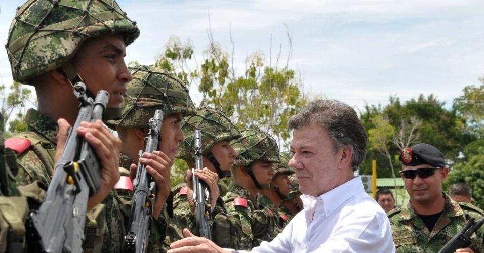 1°.out.2012 - O  presidente colombiano, Juan Manuel Santos, cumprimenta soldados da  base militar de Melgar, Colômbia