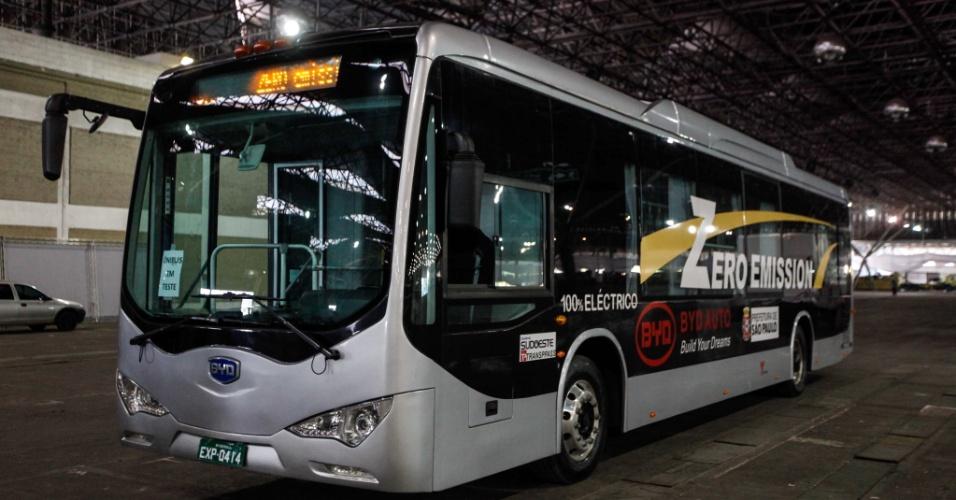 1°.out.2012 - Ônibus movido à bateria é exposto no Pavilhão de Exposições do Anhembi, zona norte de São Paulo, nesta segunda-feira (1°).  O coletivo, que é carregado por um período de quatro horas, gasta menos da metade do combustível utilizado nos veículos convencionais, segundo informações da Prefeitura de São Paulo