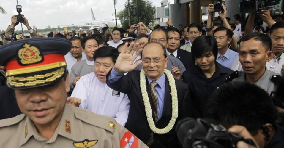 1º.out.2012 - Presidente do Mianmar, Thein Sein  (centro), acena para apoiadores ao chegar ao Aeroporto Internacional de Yangon na volta de uma viagem para os Estados Unidos