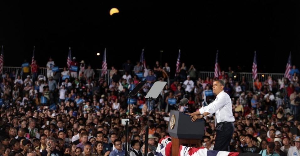 1º.out.2012 - Presidente dos Estados Unidos, Barack Obama, faz discurso neste domingo (30) durante evento de campanha em escola em Las Vegas (EUA). Foi o último ato eleitoral antes do primeiro debate com o candidato presidencial republicano Mitt Romney(,) que será realizado na próxima quarta-feira (3)