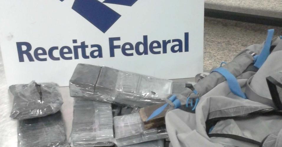 1°.out.2012 - Receita Federal apreende mais de 14 kg de haxixe e pasta de ecstasy no Aeroporto Internacional de Guarulhos. O valor total das drogas chega perto de R$ 500 mil. Os passageiros que transportavam a mercadoria desembarcaram em um voo proveniente da Europa