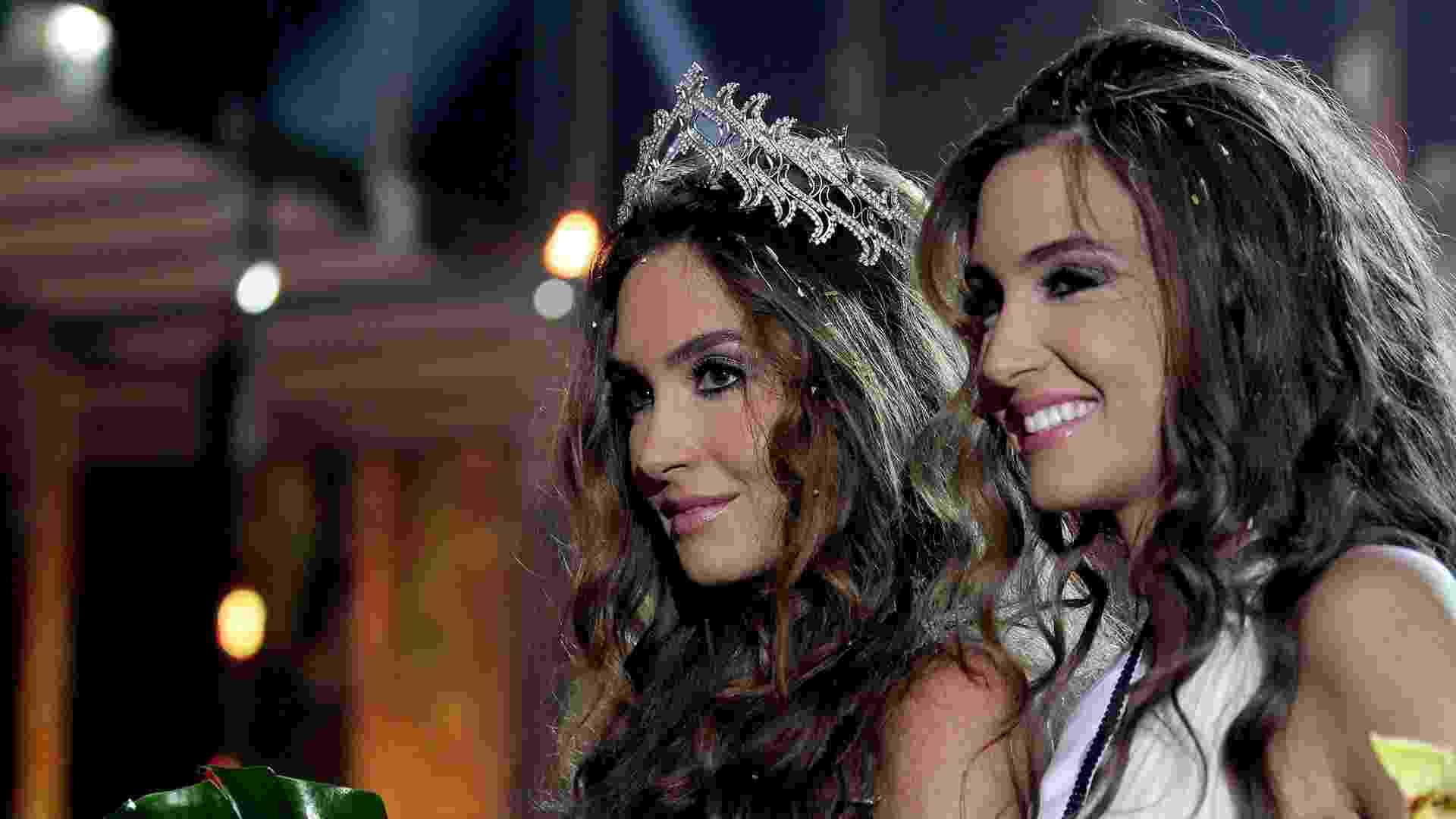 1°.out.2012 - Recém-coroada como Miss Líbano, Rina Chibany (à esq.) se apresenta com sua irmã gêmea, Romy, após o resultado - Nabil Mounzer/EFE
