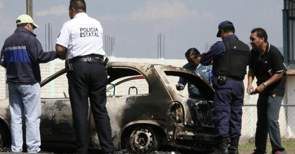 1º.out.2012 - Sete corpos carbonizados, quatro deles decapitados, foram encontrados no interior de um veículo no estado de Michoacán, no oeste do México