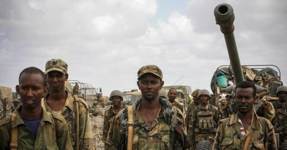 1º.out.2012 - Soldados do Exército Nacional Somali avançam sobre a cidade portuária de Kismayu, na Somália. Militantes da organização rebelde al-Shabab deixaram a cidade, que era o principal bastião do grupo, após ofensiva das forças da União Africana e do exército somali