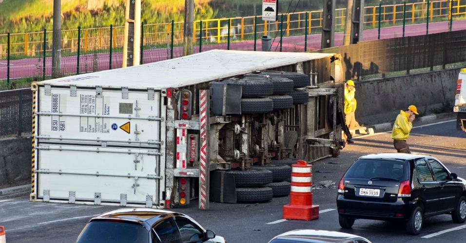 1º.out.2012 - Uma carreta tombou na manhã desta segunda-feira (1º), na pista expressa da marginal Pinheiros, perto da ponte Eusébio Matoso, zona oeste de São Paulo, e provocou trânsito na região