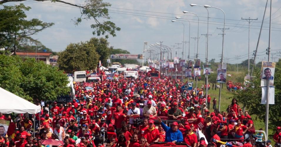 1°.set.2012 - Hugo Chavez, presidente e candidato à reeleição na Venezuela, participa de ato de campanha em Sabaneta, cidade de 28 mil habitantes a 470 km de Caracas. Os venezuelanos começam a contagem regressiva para as eleição presidencial do próximo domingo (7)