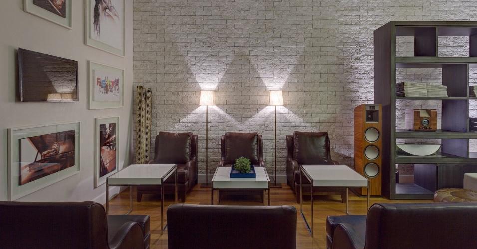 A arquiteta Renata Basques projetou o Lounge Clube A. Uma das paredes do ambiente, em ecobrick - um tijolo sustentável - ganha destaque através dos fachos de luz que atingem o material. A Casa Cor MG fica em cartaz até 16 de outubro de 2012, em Belo Horizonte