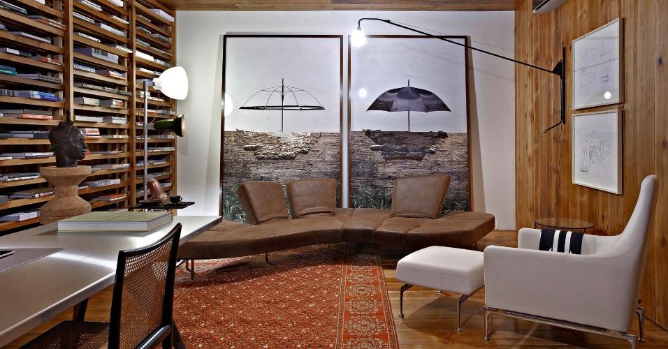 A Sala de Estar, do arquiteto Pedro Lázaro Rodrigues, tem chão, teto, estante e parte das paredes feitos de madeira araucária. Para dar maior vida ao ambiente, luminárias modernas de chão e instaladas na parede. A Casa Cor MG fica em cartaz até 16 de outubro de 2012, em Belo Horizonte