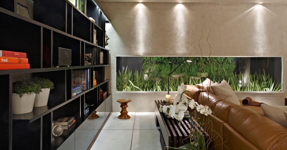 A Soft Room de Ana Paula Carneiro tem iluminação comedida, que dá destaque ao