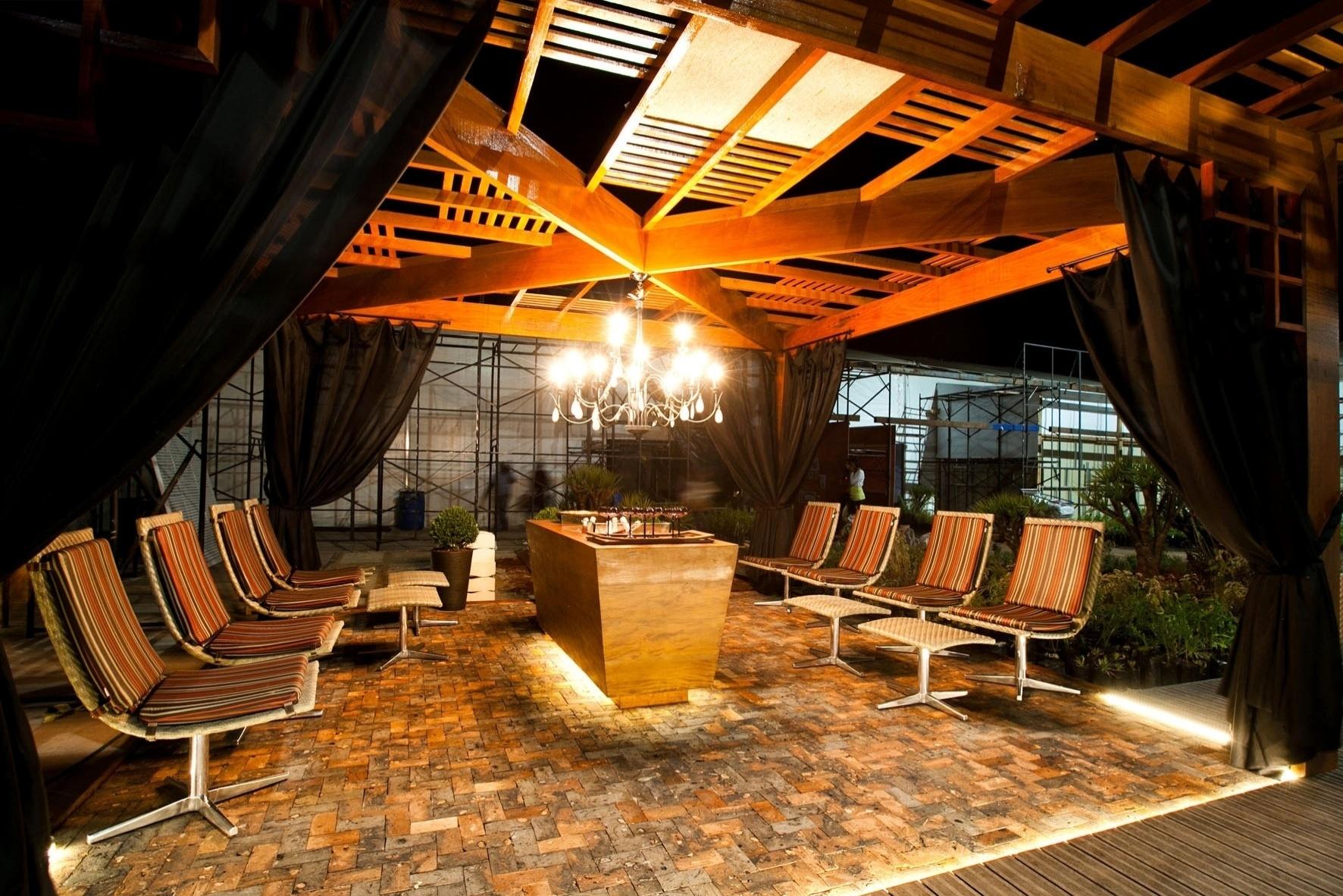 A arquiteta e designer de interiores Valéria Alves desenvolveu o Terraço do Encontro, que sob seu pergolado, reserva uma champanheira abundantemente iluminada pelo lustre candelabro. A Casa Cor MG fica em cartaz até 16 de outubro de 2012, em Belo Horizonte