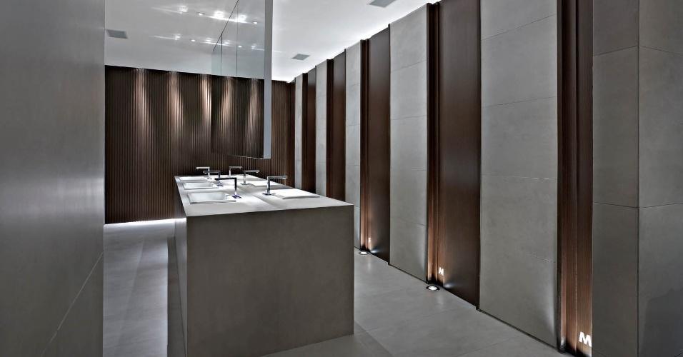 Criado pelas arquitetas Fernanda Sperb, Graziella Nicolai e Lígia Jardim, o Banheiro Ele Ela tem bicos de luz que iluminam as portas das cabines à partir do chão. A Casa Cor MG fica em cartaz até 16 de outubro de 2012, em Belo Horizonte