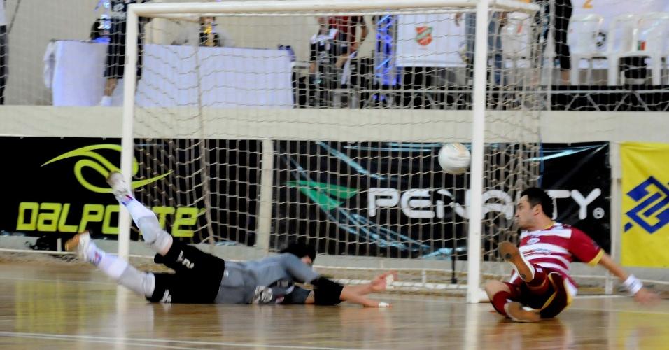Falcão, caindo no chão, chuta para marcar o terceiro gol de Orlândia na decisão da Liga Futsal