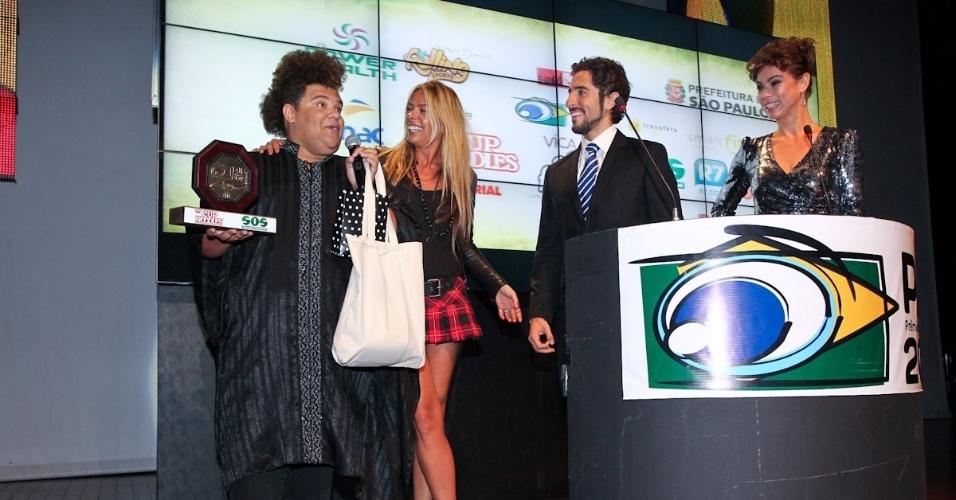 Gominho recebe prêmio de Marcos Mion, Adriane Galisteu e Maria Paula durante o 11º Prêmio Jovem Brasileiro no Memorial da América Latina, em São Paulo. O prêmio homenageia os jovens talentos brasileiros em 21 categorias, concedido após votação de júri composto por jornalistas, colunistas, críticos e por votação na internet (1/10/12)