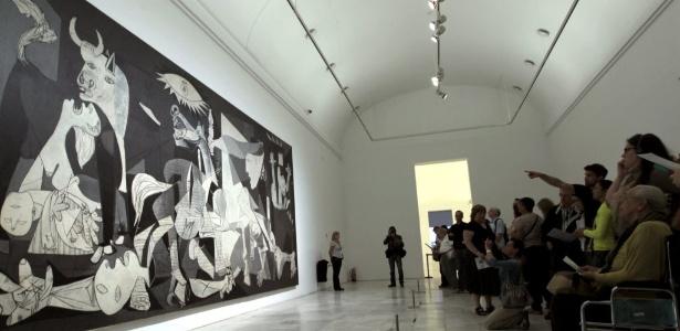 """Grupo de visitantes contempla a obra """"Guernica"""", de Picasso, no museu Rainha Sofia, em Madri (1/10/12) - EFE"""