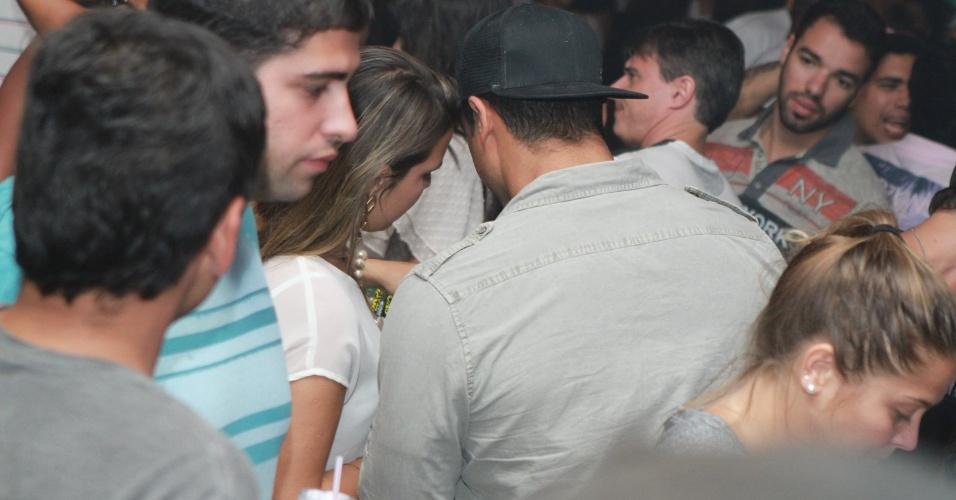 Gustavo Salyer, namorado de Nicole Bahls, ficou cercado por mulheres em casa noturna na Barra da Tijuca, no Rio (30/9/12)