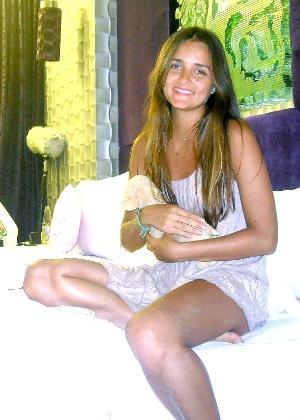 Ingrid Migliorini segura seu cachorro de pano, em quarto de pousada na ilha de Bali (Indonésia), onde aguarda resultado de leilão por sua virgindade
