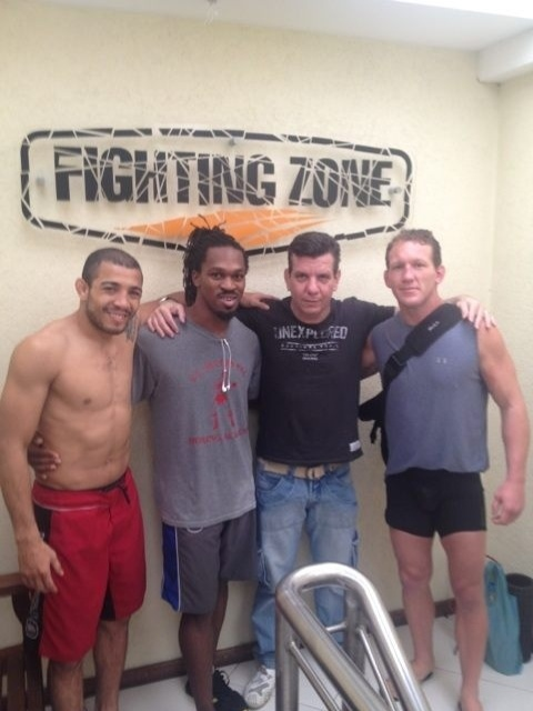 José Aldo recebe a visita do colega de UFC Gray Maynard (d) durante os treinos no Rio