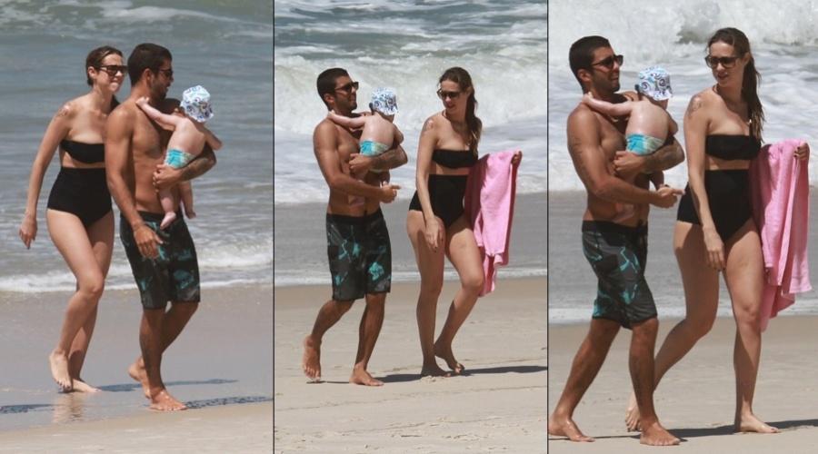 Luana Piovani e o marido, o surfista Pedro Scooby, levaram o filho Dom à praia, na zona oeste do Rio (1/10/12)