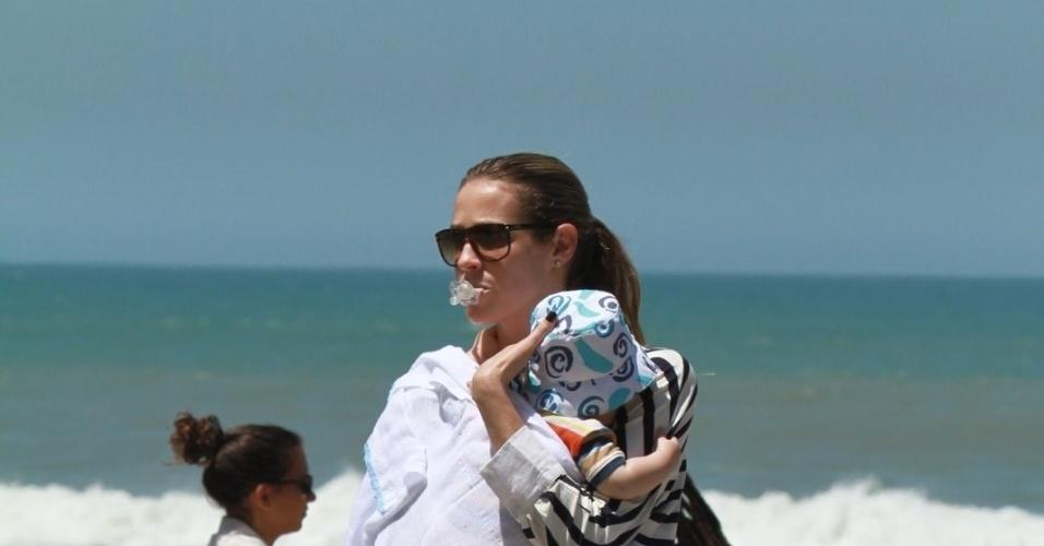 Luana Piovani e o marido, o surfista Pedro Scooby, levaram o filho Dom à praia, na zona oeste do Rio (1/10/12) A atriz está no elenco da novela