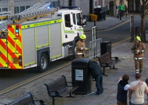 Mendigo entala a cabeça em lixeira e é solto com a ajuda de bombeiros