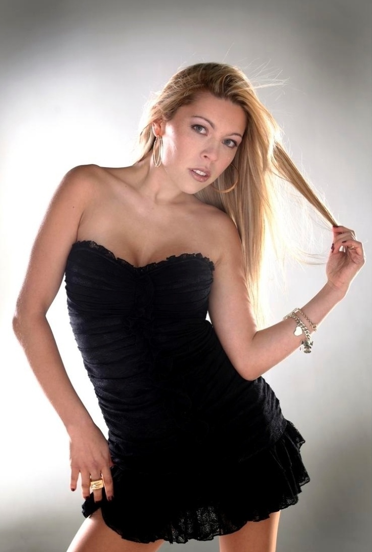 Modelo Daniela Aranguiz, mulher de Valdivia, posa em ensaio para revista